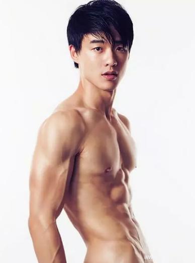 童颜巨肌的台湾游泳教练INS被扒出,也就看了几百遍