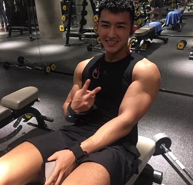 看点∣又一枚筋肉爆棚的鲜肉男模,劲道十足的肌肉身材让人羡慕嫉妒恨!