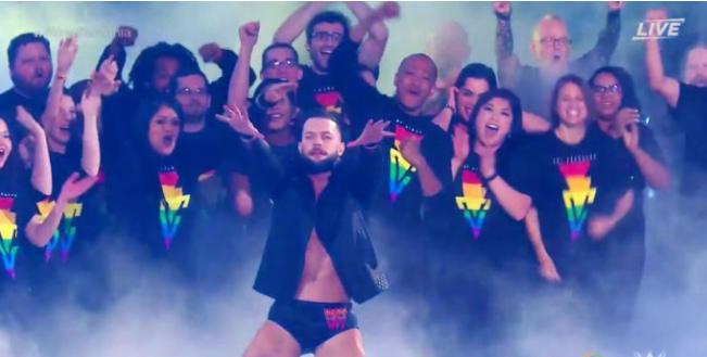 摔角狂热现场亮出彩虹;格斯·肯沃西领衔同志巡游