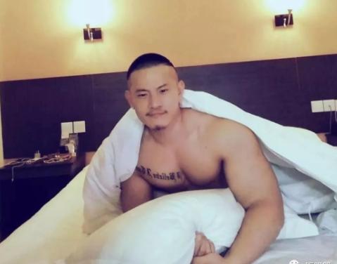 昔日粗壮帅气体育生,如今当红gogoboy男神超Hot!