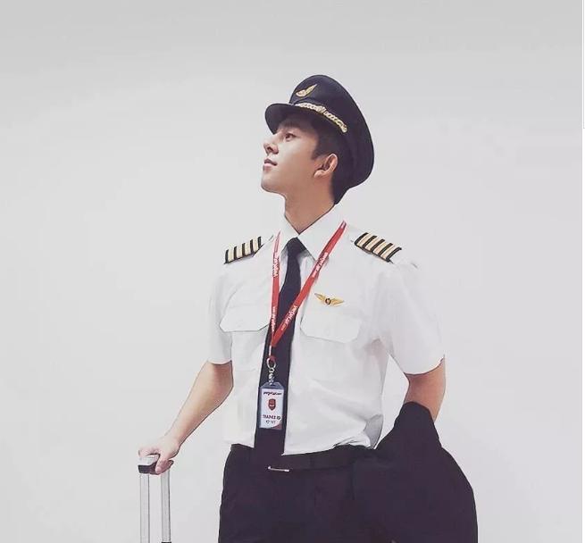 看点∣飞行员小哥哥正装制服下,竟隐藏了这么Sexxxxy的胸肌!