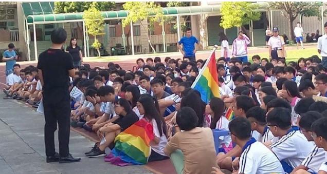 台湾高中生校内挂彩虹旗抗议校方恐同